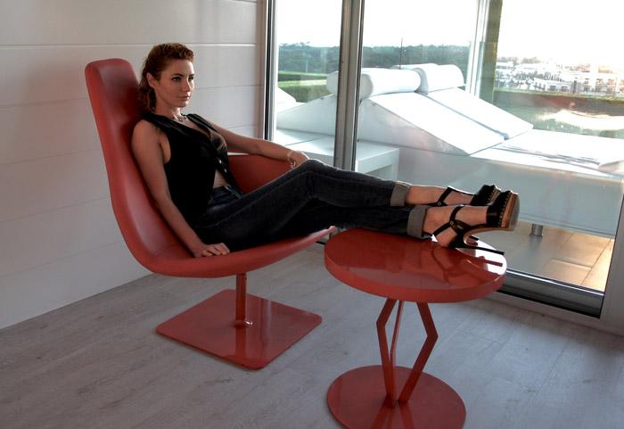 Лора Резникова в джинсах, черном топе и черных босоножках на шпильке от Casadei