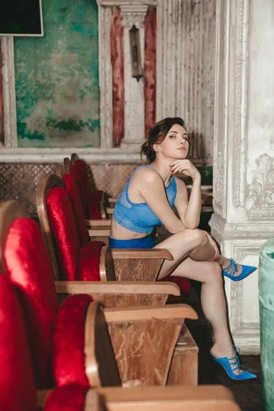 Лора Резникова в голубом топе и голубых туфлях с острым носом от Le Silla