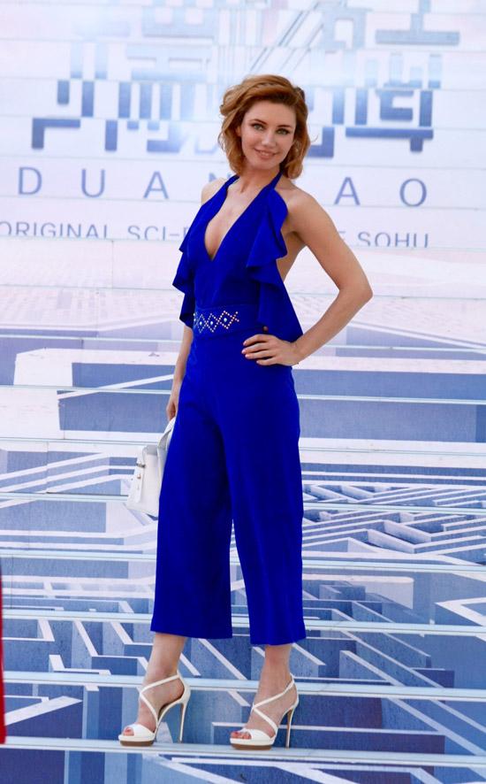 Лора Резникова в красивом синем комбинезоне и белых босоножках от Casadei