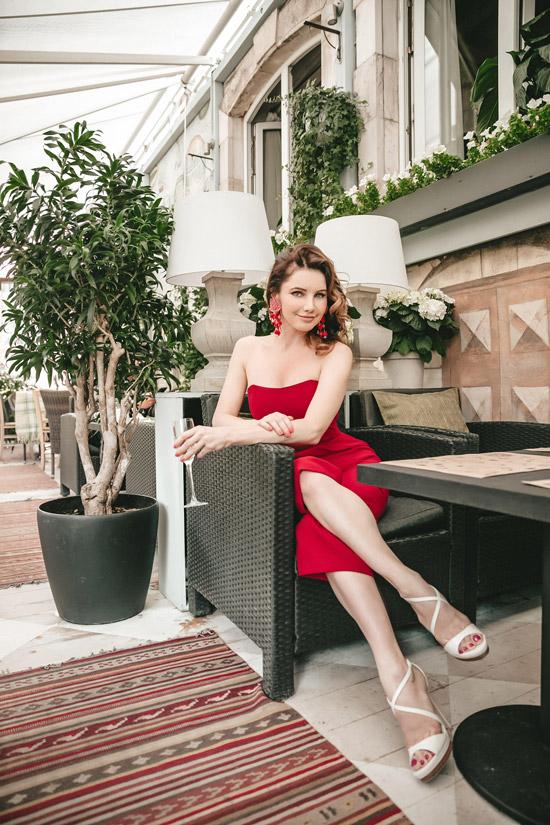 Лора Резникова в красном платье и белых босоножках от Casadei