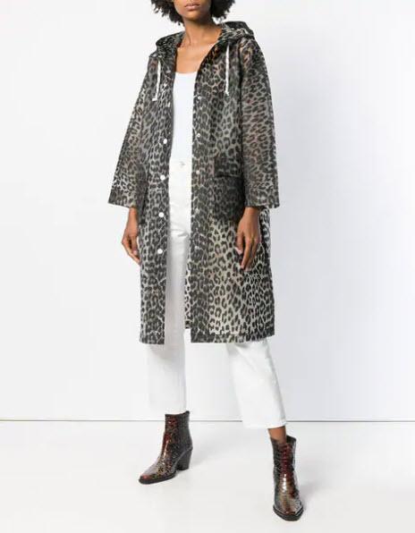 Модель в леопардовом пальто с капюшоном и белых брюках