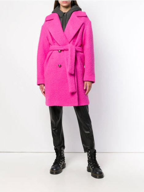 Модель в розовом плюшевом пальто с поясом с кожаными брюками