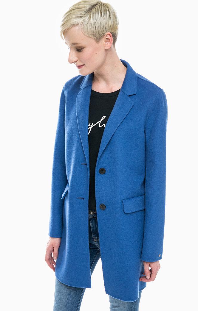 Модель в синем пальто мужского кроя