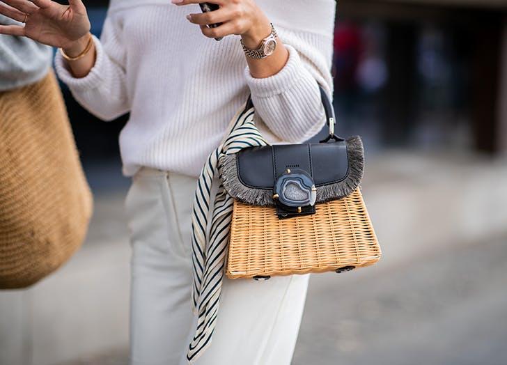 Девушка с маленькой соломенной сумкой