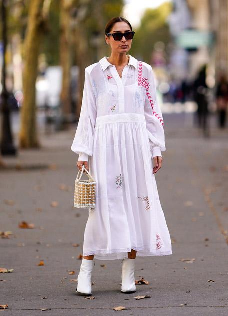Девушка в белом летнем платье и ботильонах