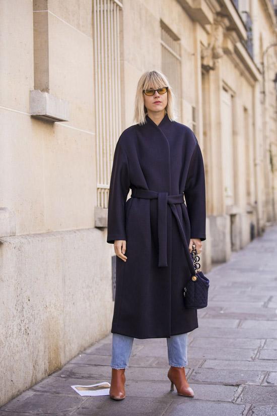 Девушка в черном пальто, джинсы и коричневые ботильоны