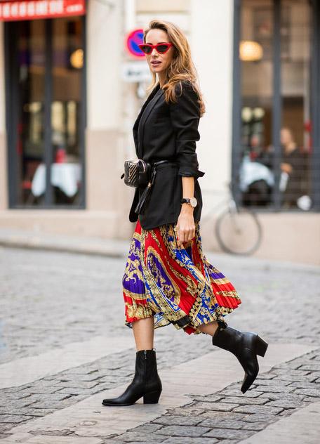 Девушка в черном пиджаке, красная юбка миди и черные ботильоны