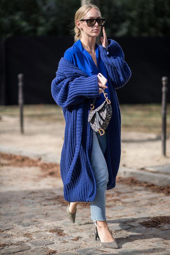 Девушка в голубых джинсах, синий кардиган и блузка