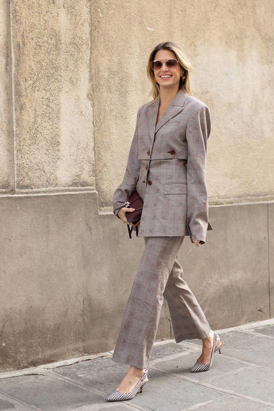 Девушка в классическом костюме с брюками клеш