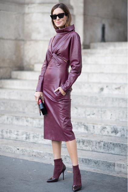 Девушка в кожаном платье из кожи с длинными рукавами, бордовые ботильоны