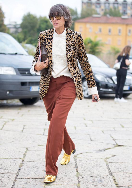 Девушка в леопардовом блейзере, белая блузка и золотые туфли