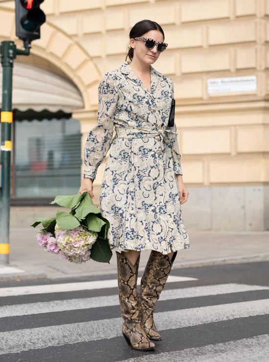 Девушка в пестром платье миди и сапоги из змеинной кожи