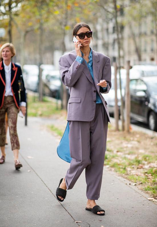 Девушка в сером деловом костюме и голубой рубашке