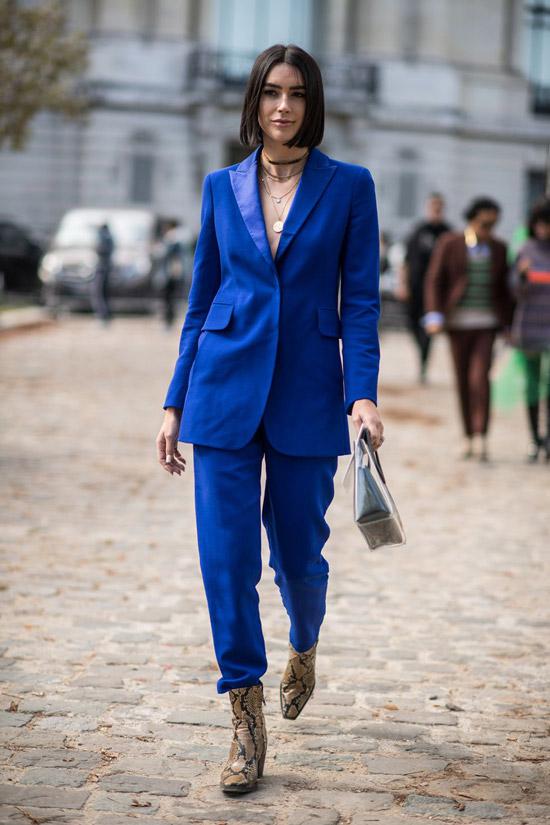 Девушка в синем костюме и ботильоны из змеиной кожи