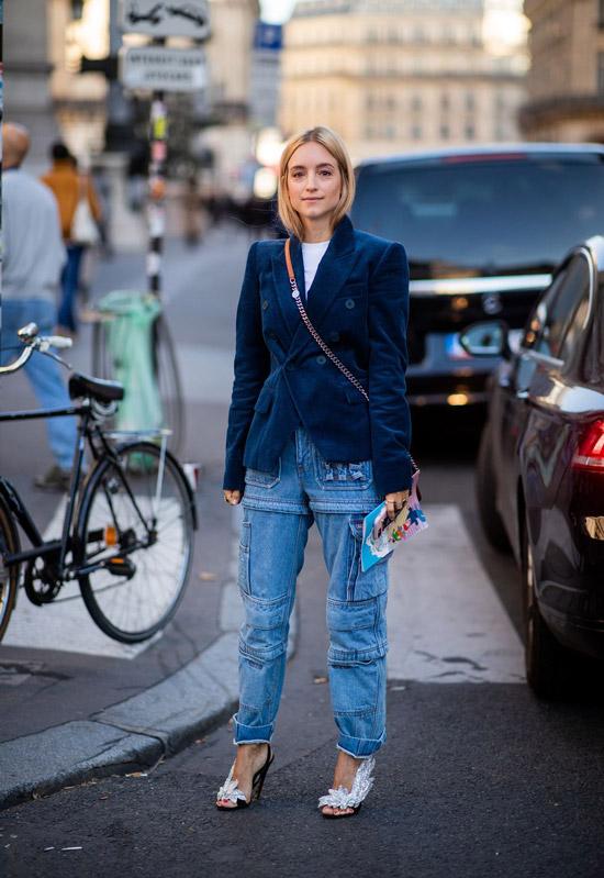 Девушка в синих джинсах и синм жакете