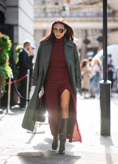 Девушка в теплом бордовом платье, сапоги и серое пальто