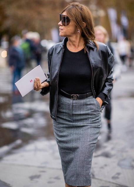 Карин Ройтфельд в серой юбке капандаш в клетку, черная футболка и куртка косуха