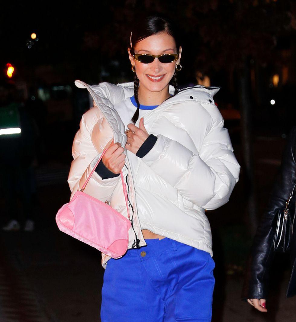 Девушка в белом пуховике оверсайз и синих джинсах