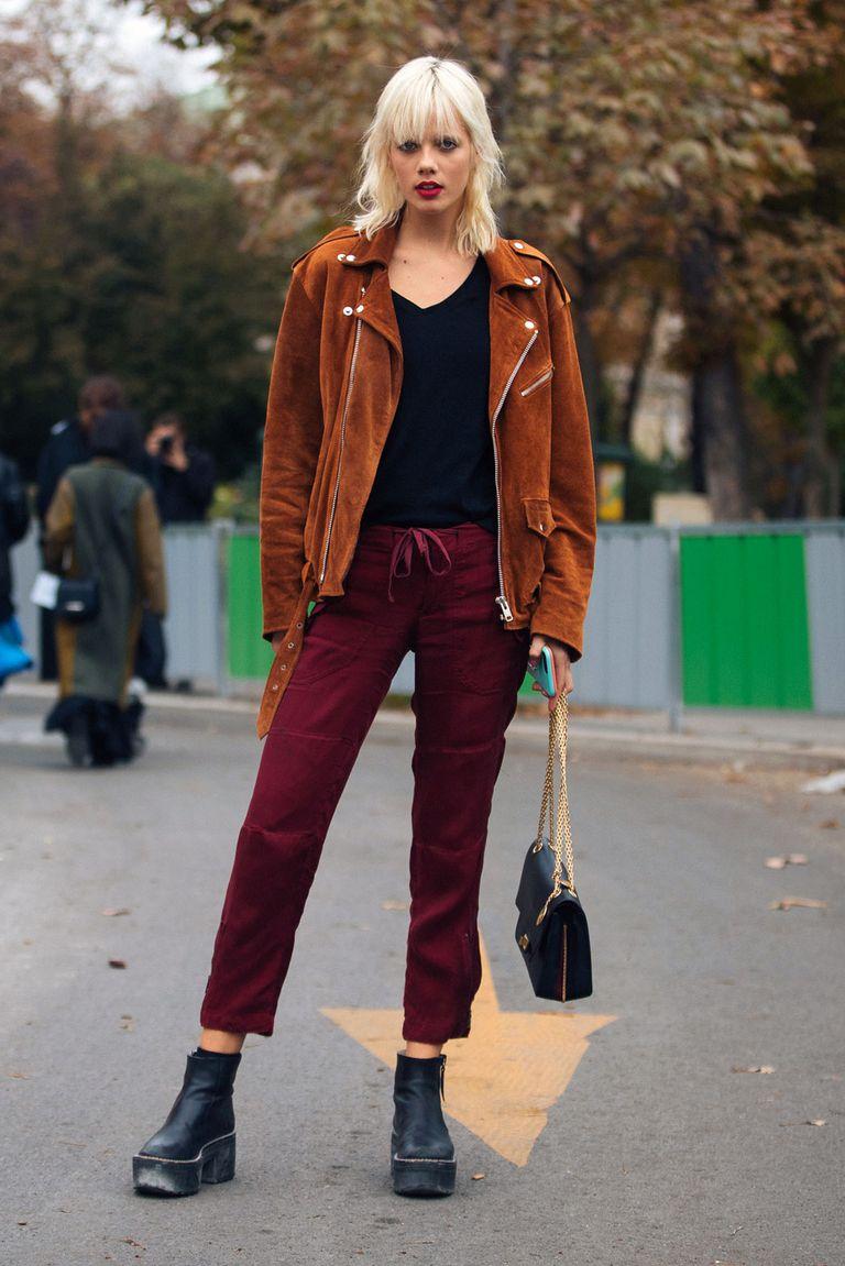 Девушка в бордовых брюках, замшевая куртка и ботинки на платформе