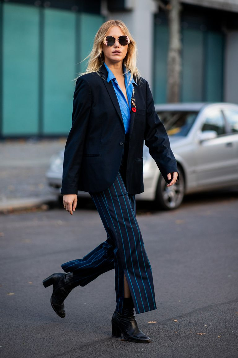 Девушка в брюках в полоску, синяя рубашка и черный блейзер