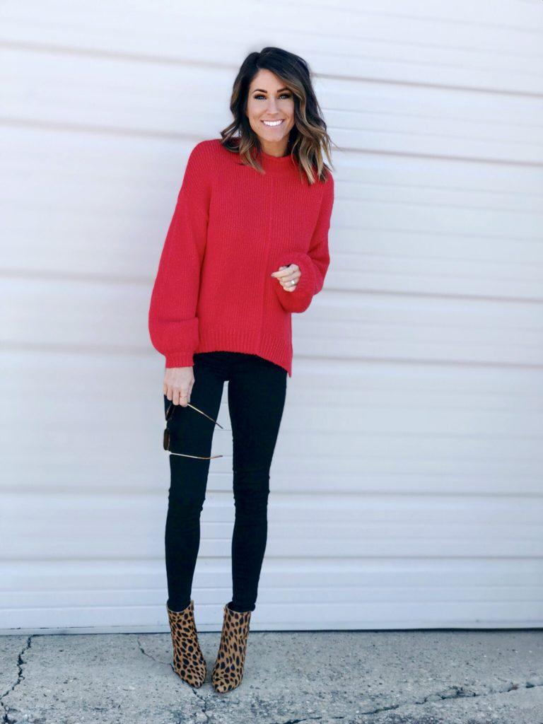 Девушка в черных брюках, красный свитер и леопардовые ботильоны