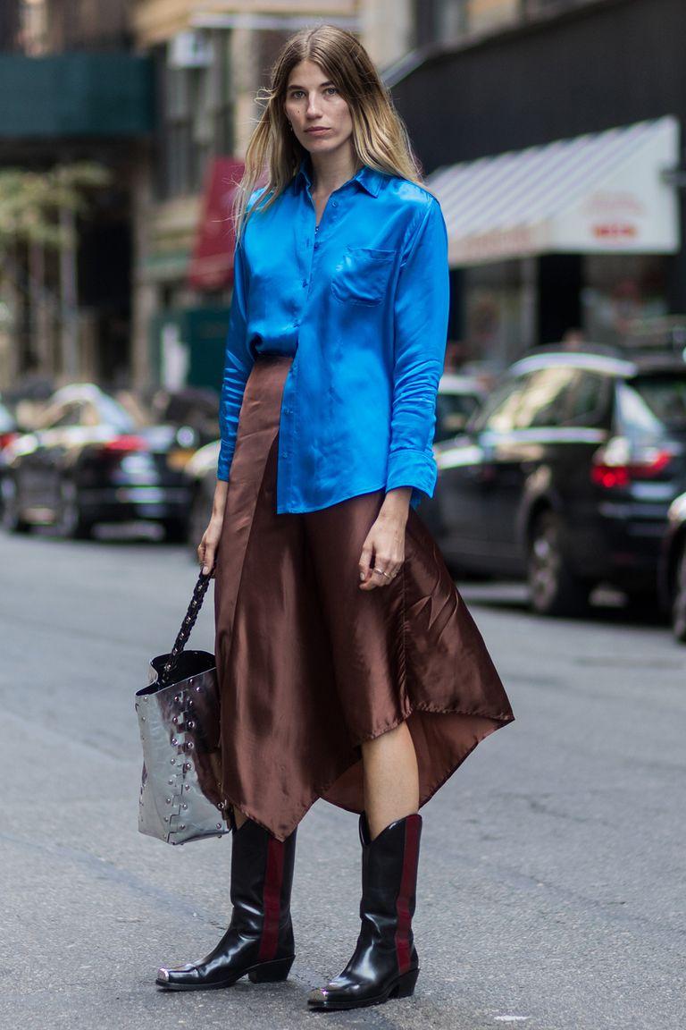 Девушка в коричневой юбке миди, синяя блузка и ковбойские сапоги