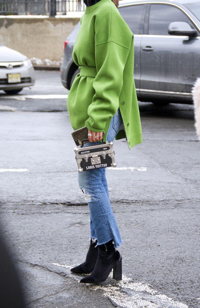 Девушка в обрезаных джинсах и черных ботильонах