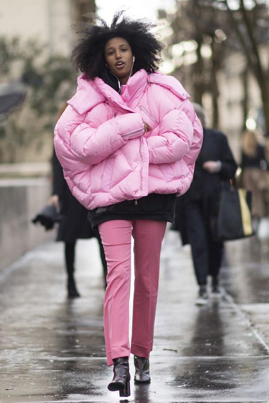 Девушка в розовом пуховике оверсайз и розовых брюках