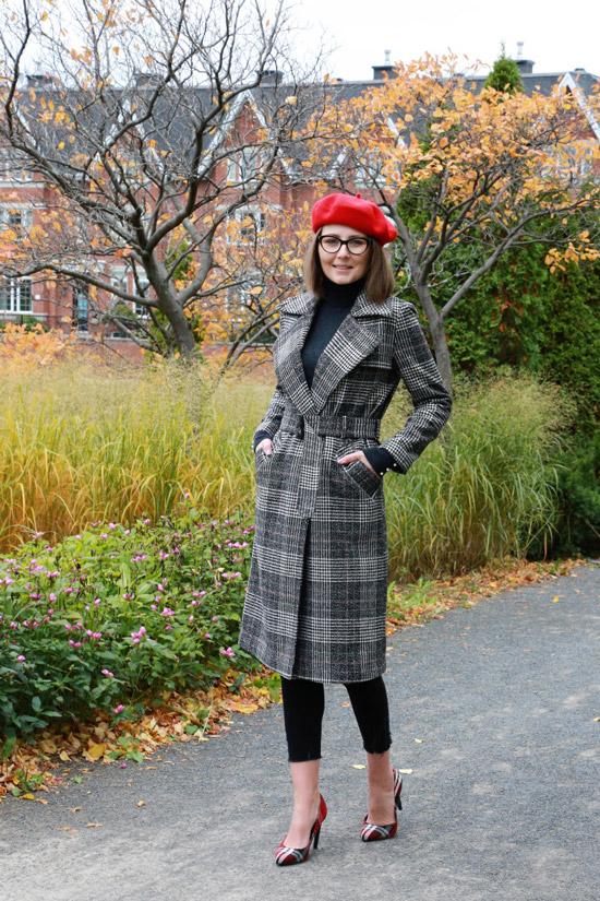 Девушка в сером пальто в клетку, черные брюки и красный берет