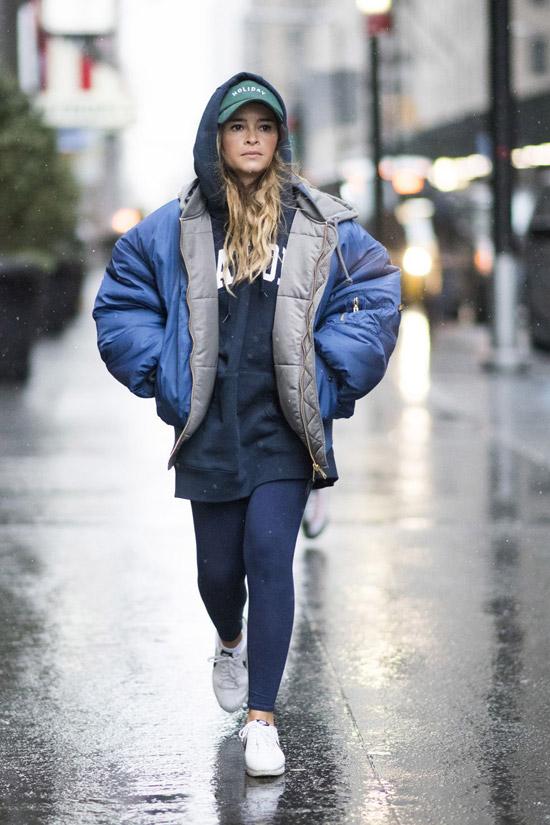 Девушка в синем пуховике и лосинах
