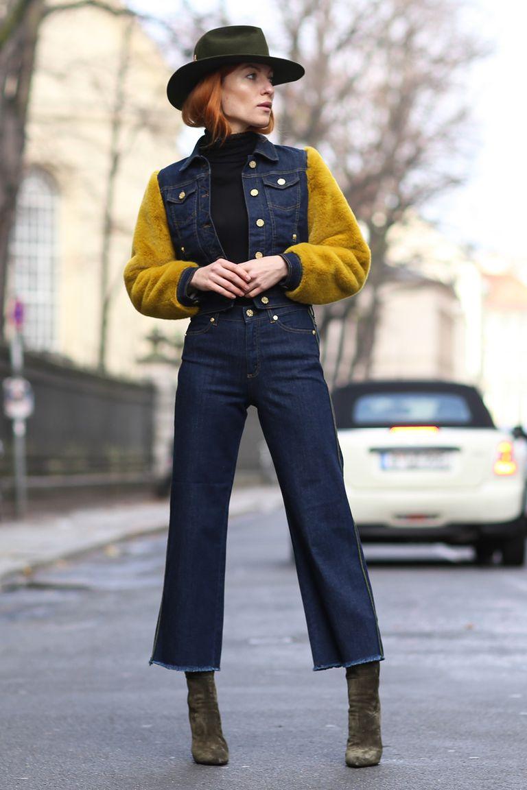 Девушка в синих укороченных джинсах и змшевых ботильонах