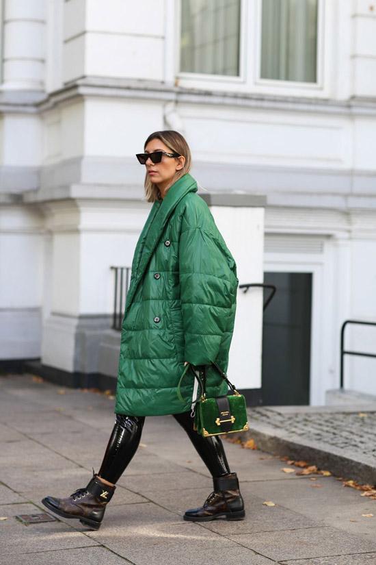 Девушка в зеленом пуховике оверсайз