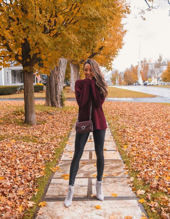 Девушкаа в черных лосинах, бордовый свитер и серые ботильоны