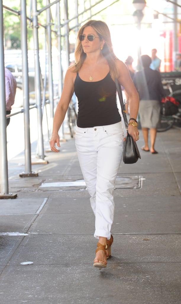 Дженнифер Энистон в белых джинсах и черный топ