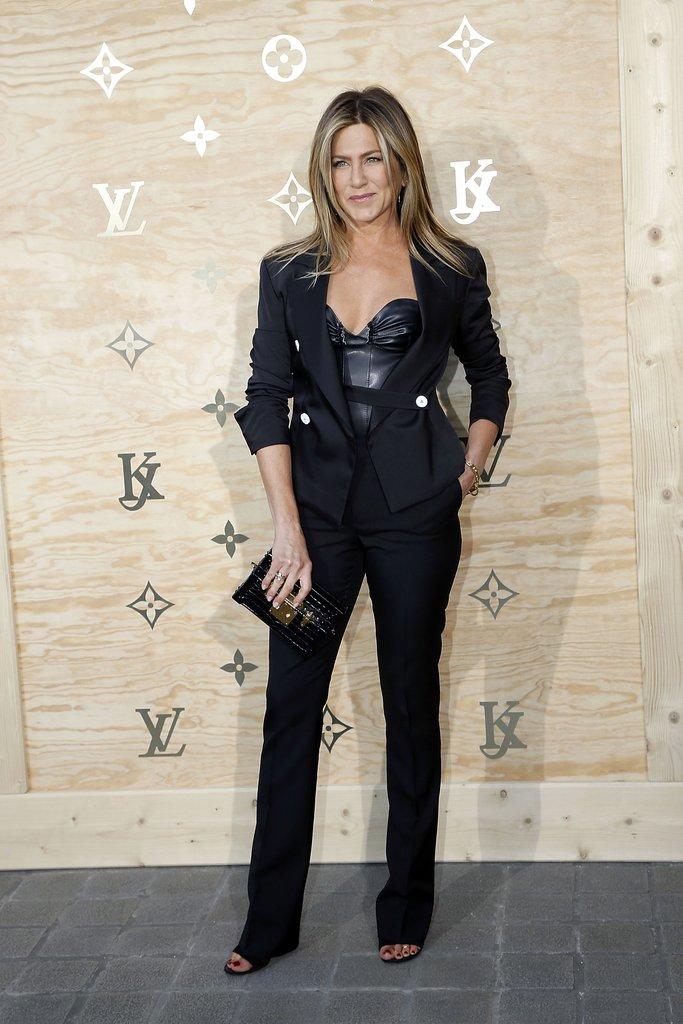 Дженнифер Энистон в черном брючном костюме и кожаный топ