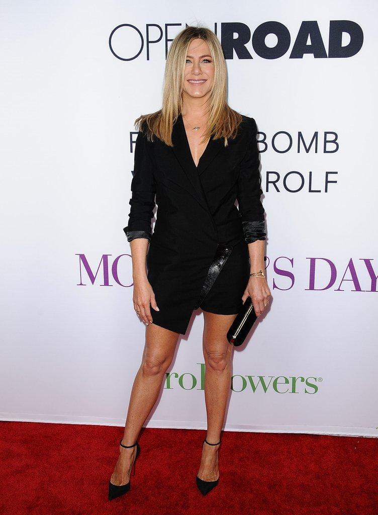 Дженнифер Энистон в черном мини платье и туфли