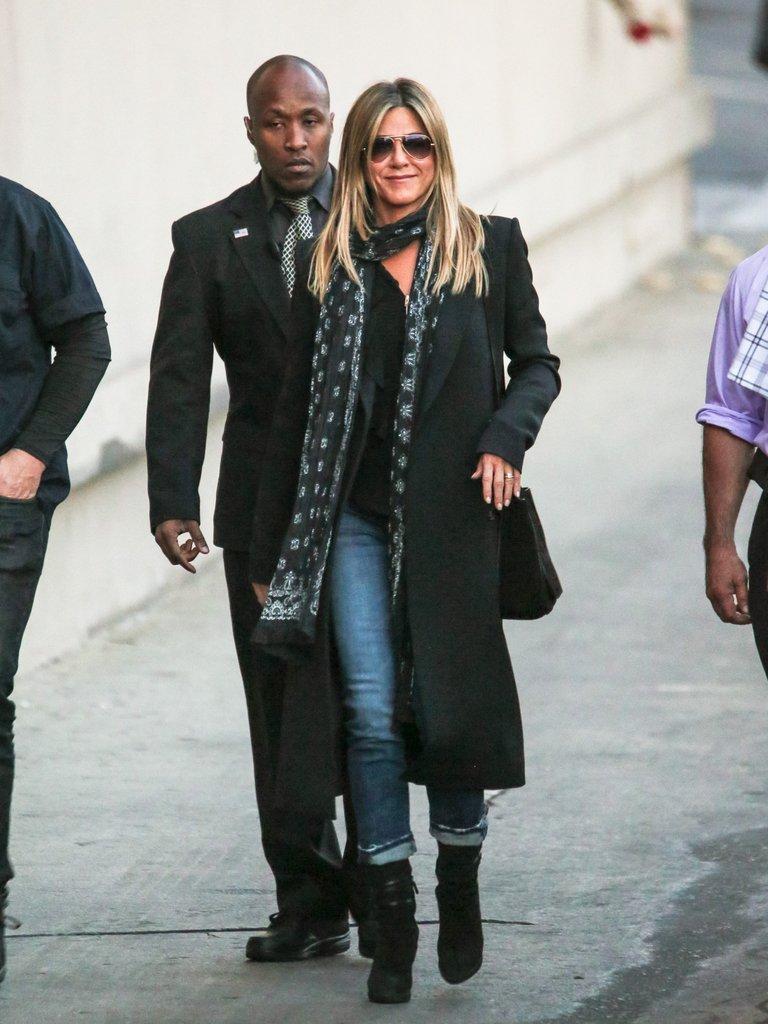 Дженнифер Энистон в черном пальто, джинсы и шарф