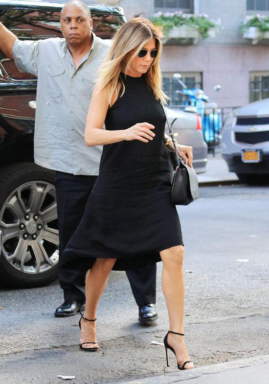 Дженнифер Энистон в черном платье, босоножки