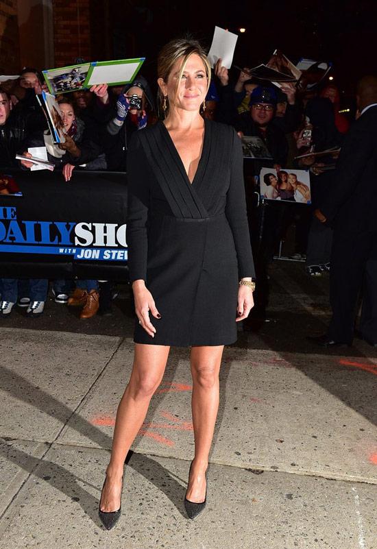 Дженнифер Энистон в черном платье с длинными рукавами и туфли