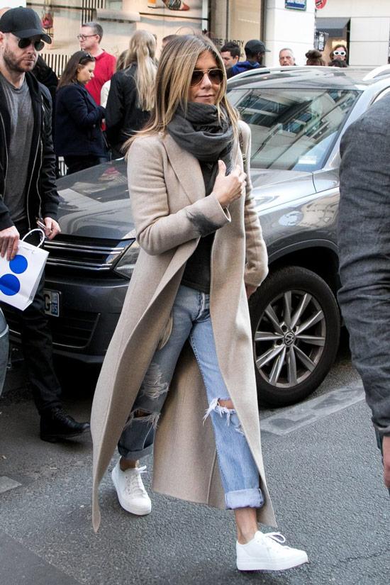 Дженнифер Энистон в длинном пальто, рваные джинсы и белые кеды