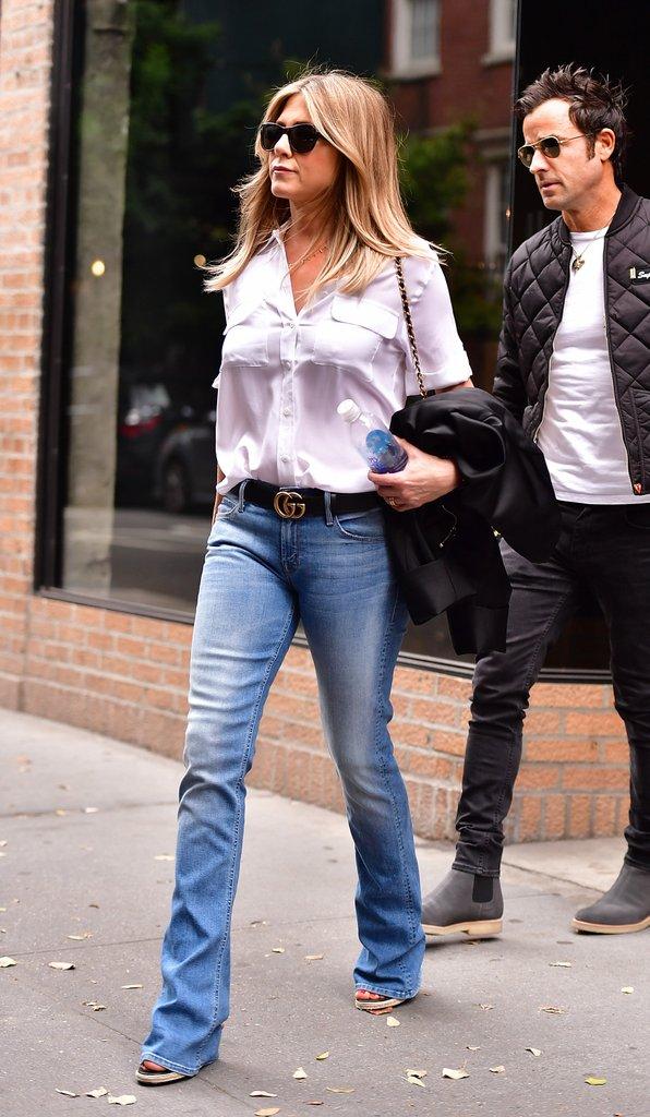 Дженнифер Энистон в джинсах клеш с ремнем и белая рубашка