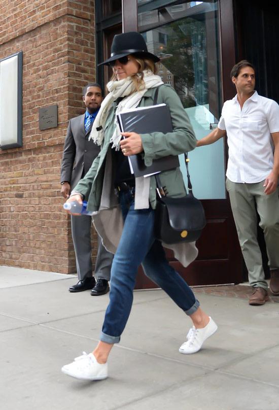 Дженнифер Энистон в серой куртке, джины и белые кеды