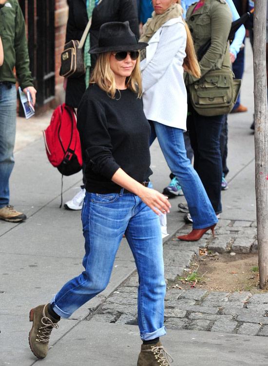 Дженнифер Энистон в синих джинсах, черные свитшот и ботинки