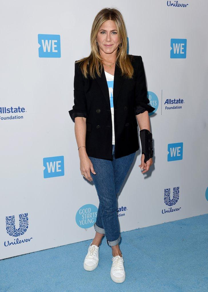 Дженнифер Энистон в синих джинсах и черном жакете