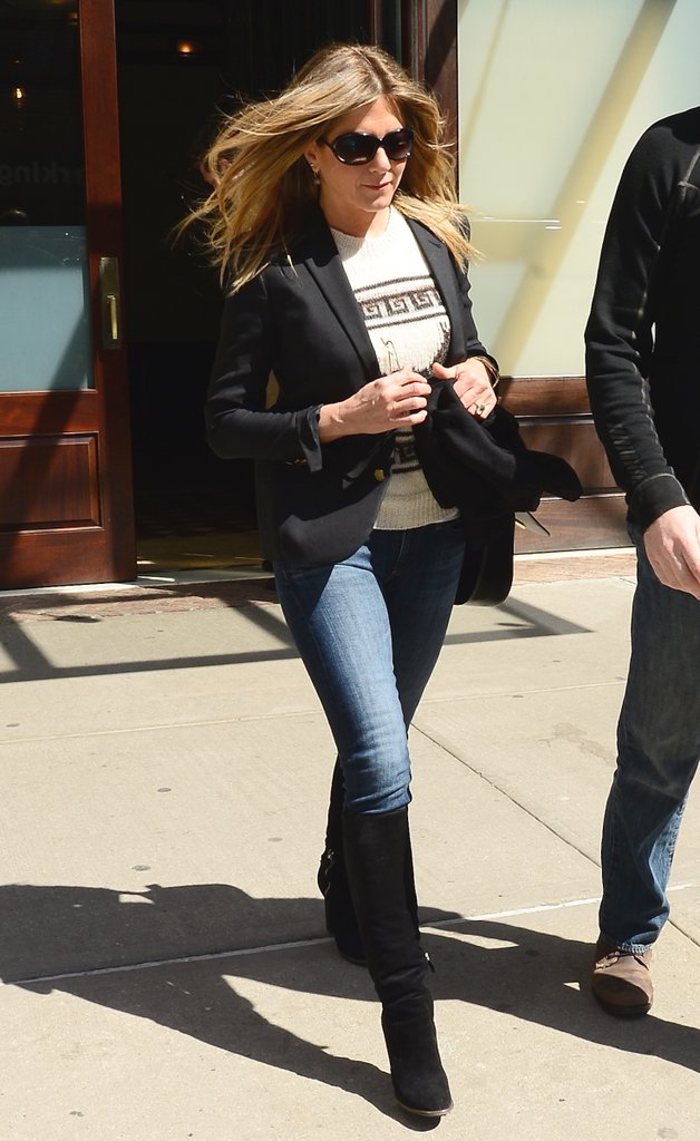 Дженнифер Энистон в узких джинсах, футболка и черный жакет