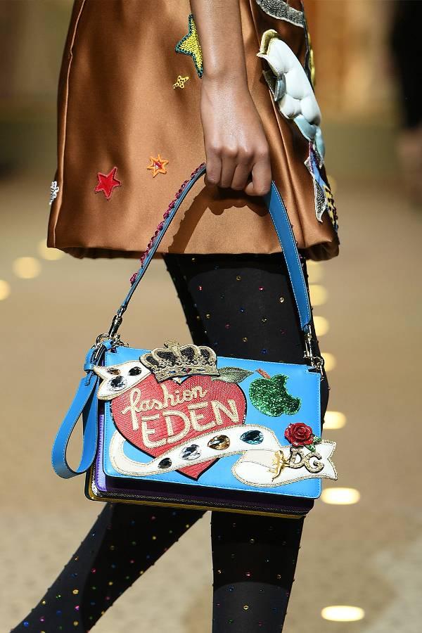 Голубая сумочка с украшениями