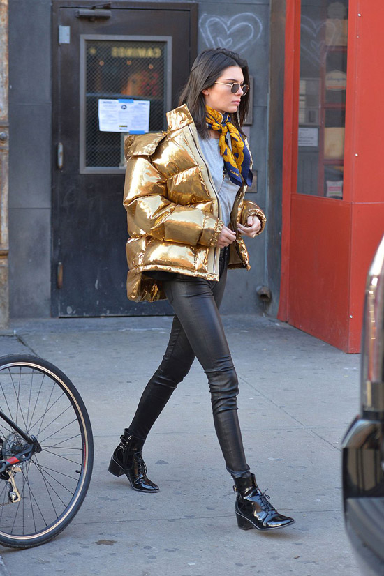 Кендалл Дженнер в золотом пузовике и кожаных ботинках