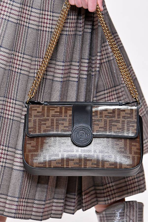Маленькя коричневая сумочка с логотипом