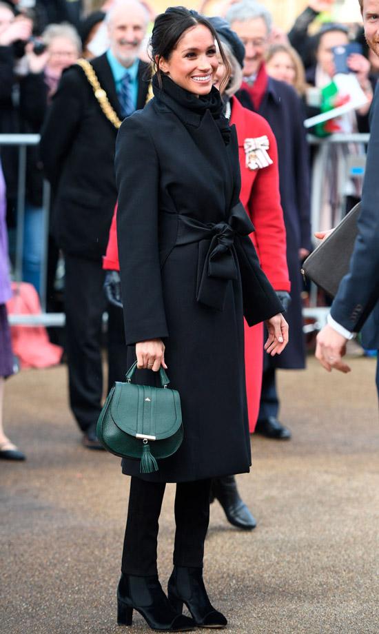 Меган Маркл в черном пальто с поясом