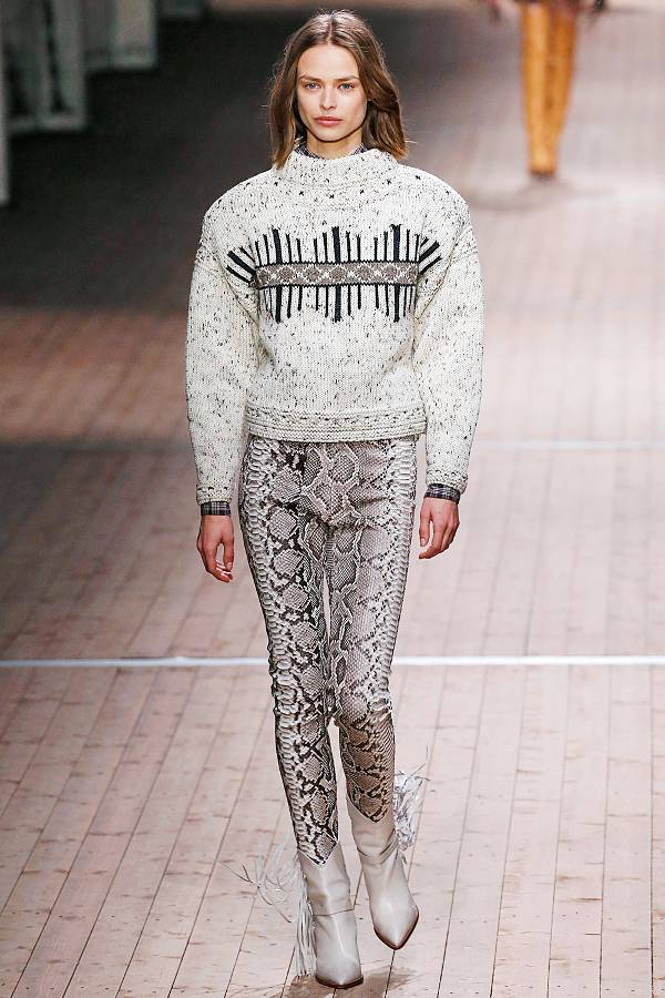 Модель в брюках со змеинным принтом и сером свитере